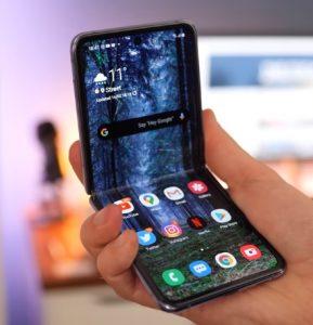 Samsung Galaxy Z Flip στο χέρι